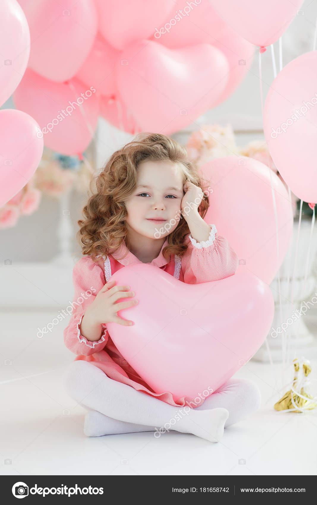 online retailer 8e1bf ed2ac Una Bambina Anni Con Capelli Ricci Lunghi Vestita Vestito ...