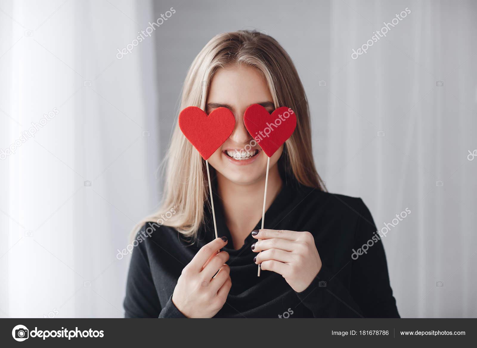 Junge Schöne Frau Mit Einem Netten Lächeln Und Großen Grauen ...