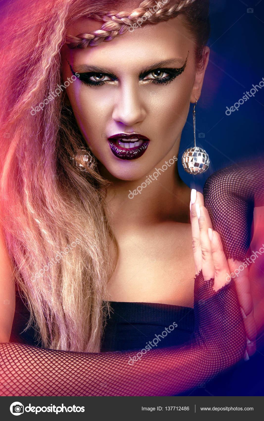 Sexy Kobieta Z Fryzurą I Sztuki Makijażu Jest Taniec Disco 80 Stylu