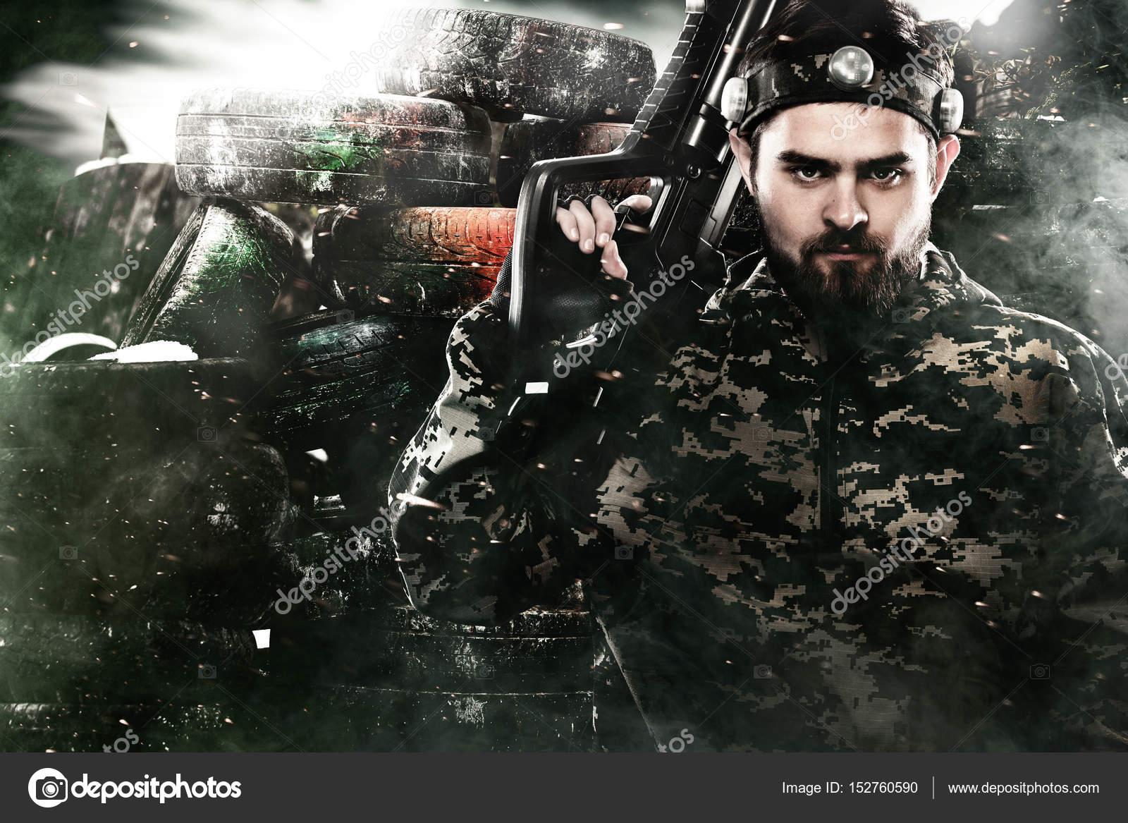 Вооруженные до зубов солдат масках лазертаг на пост-апокалиптическом ... b281c87fd86