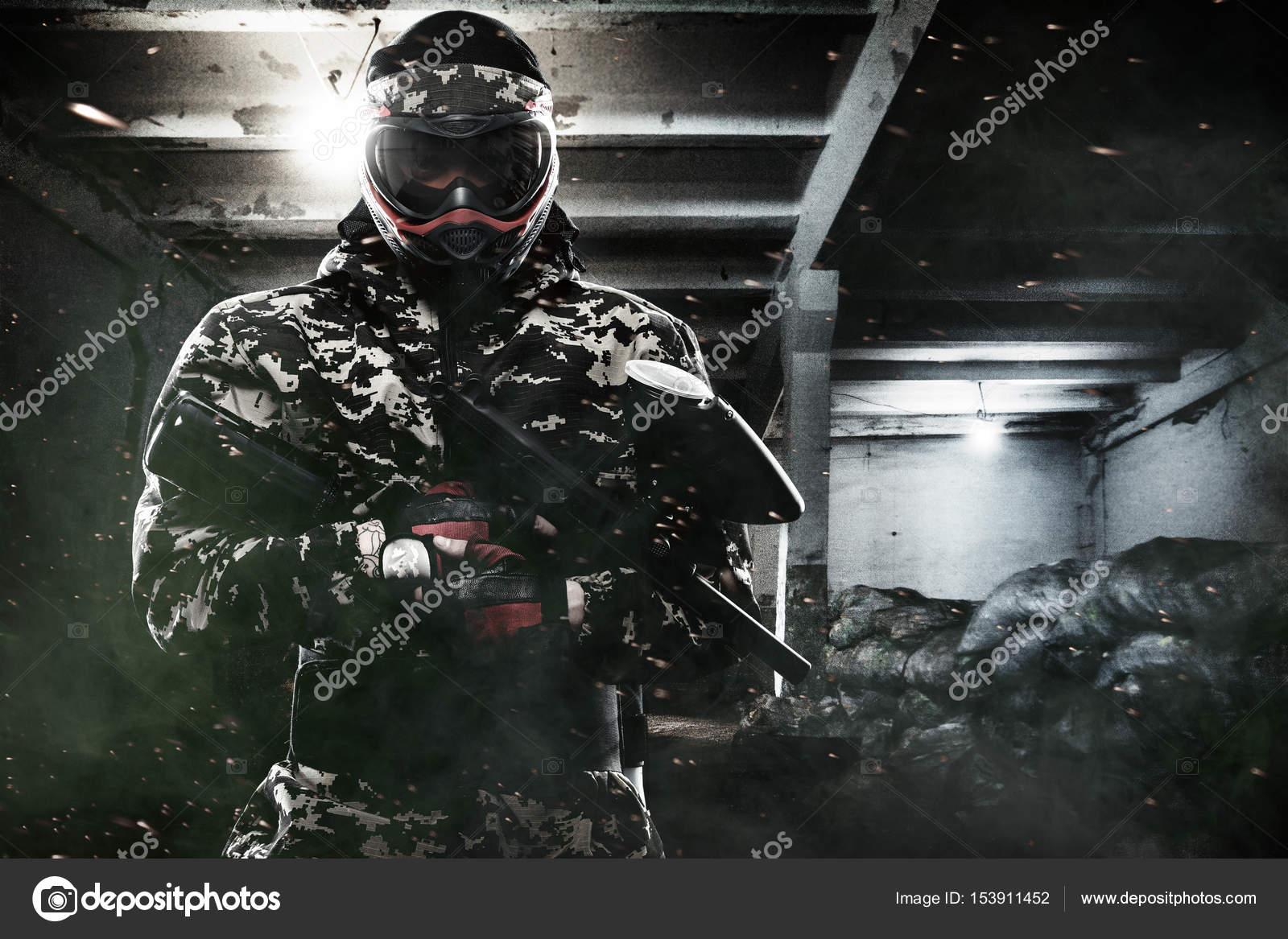Вооруженные до зубов солдат масках пейнтбол на пост-апокалиптическом ... 65953b78559