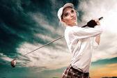 Žena golfista kuličky na pozadí oblohy. Kopírovat prostoru. AD koncept.