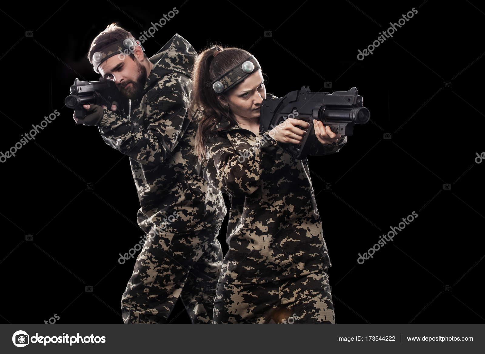 Вооруженные до зубов масках солдат, изолированные на черном фоне ... 7477ee1a28c