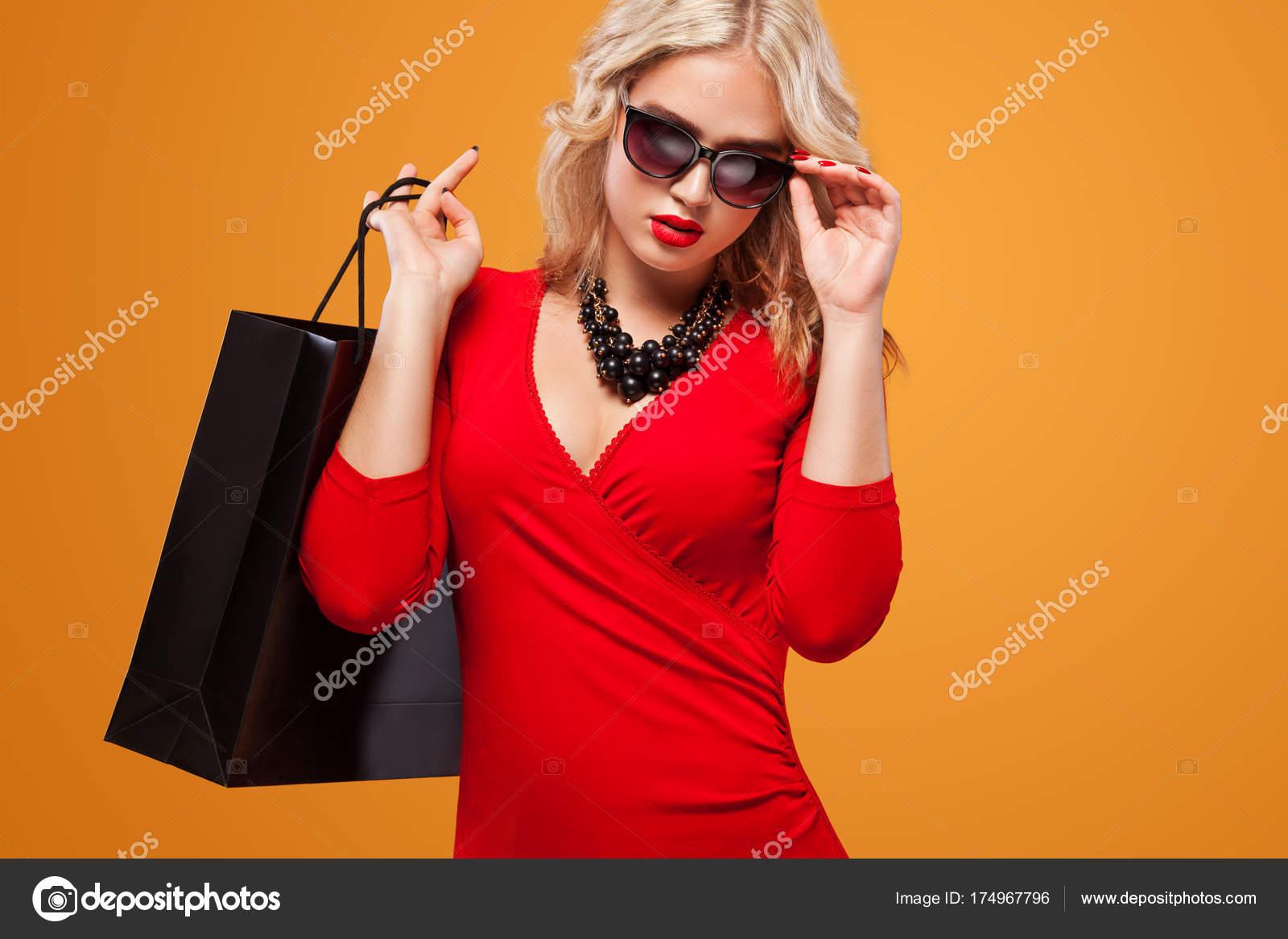 04f9d87a6d Όμορφη νεαρή γυναίκα κάνει ψώνια για Μαύρη Παρασκευή διακοπών. Κορίτσι με  τσάντα σε lgiht φόντο — Εικόνα από ...