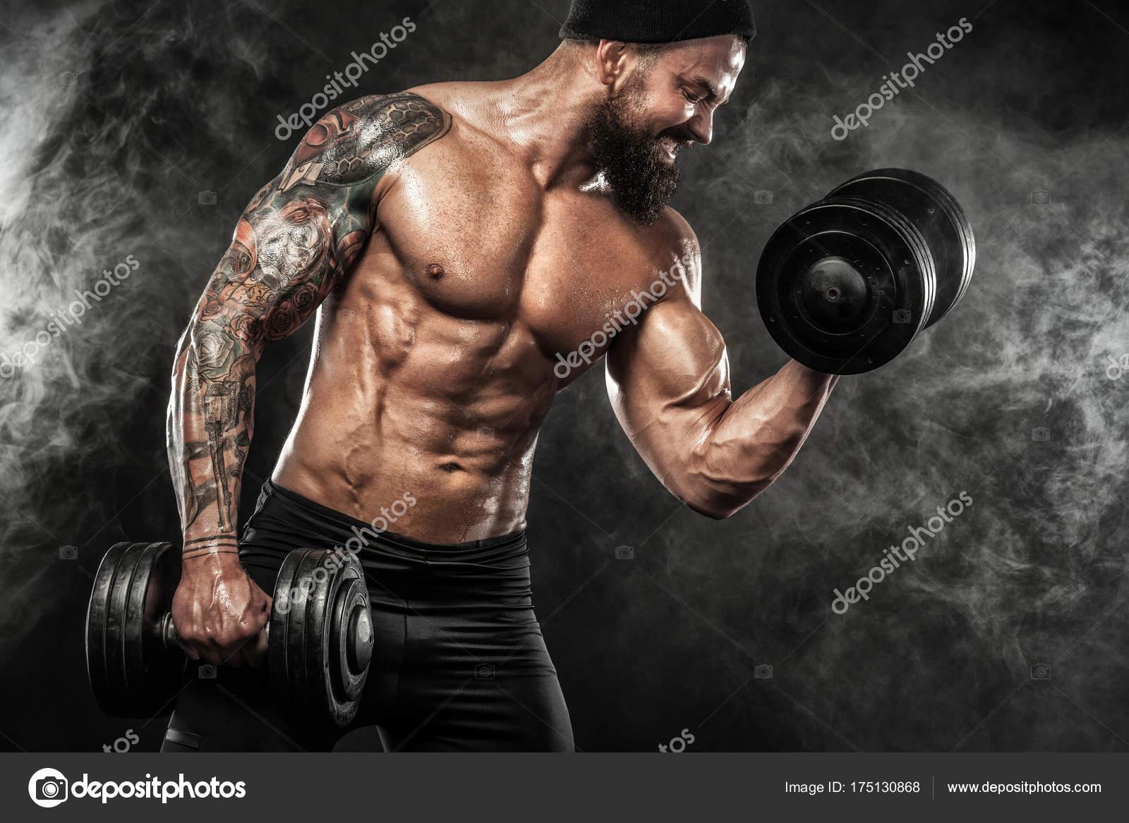 Athlétique sport jeunes torse nu homme - modèle fitness avec haltères en  gym — Image de MikeOrlov 0788a4a3940