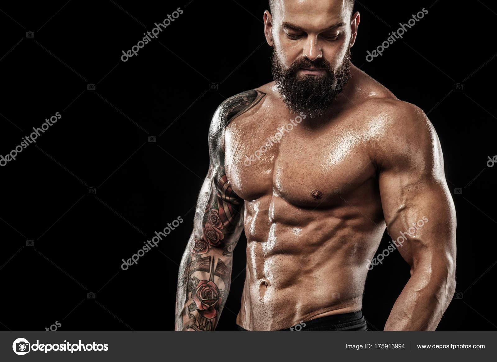 Bel Homme Fit Se Présentant Vêtu En Jeans Avec Tatouage Sport Et