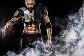 Hráč amerického fotbalu sportovec izolované na černém pozadí