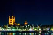 Kolín nad Rýnem podél řeky Rýn, Německo. Noční zobrazení.