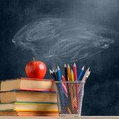 Iskolai kiegészítők ellen tábla