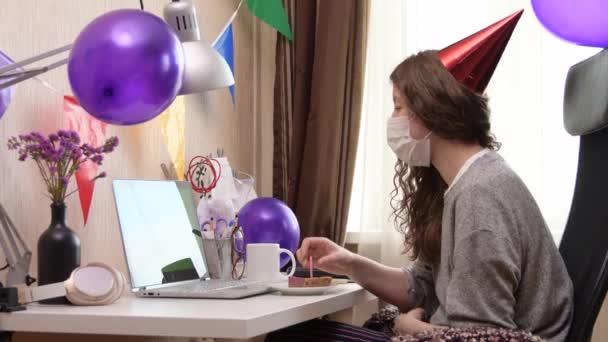 Nő ünnepli születésnapját otthonról