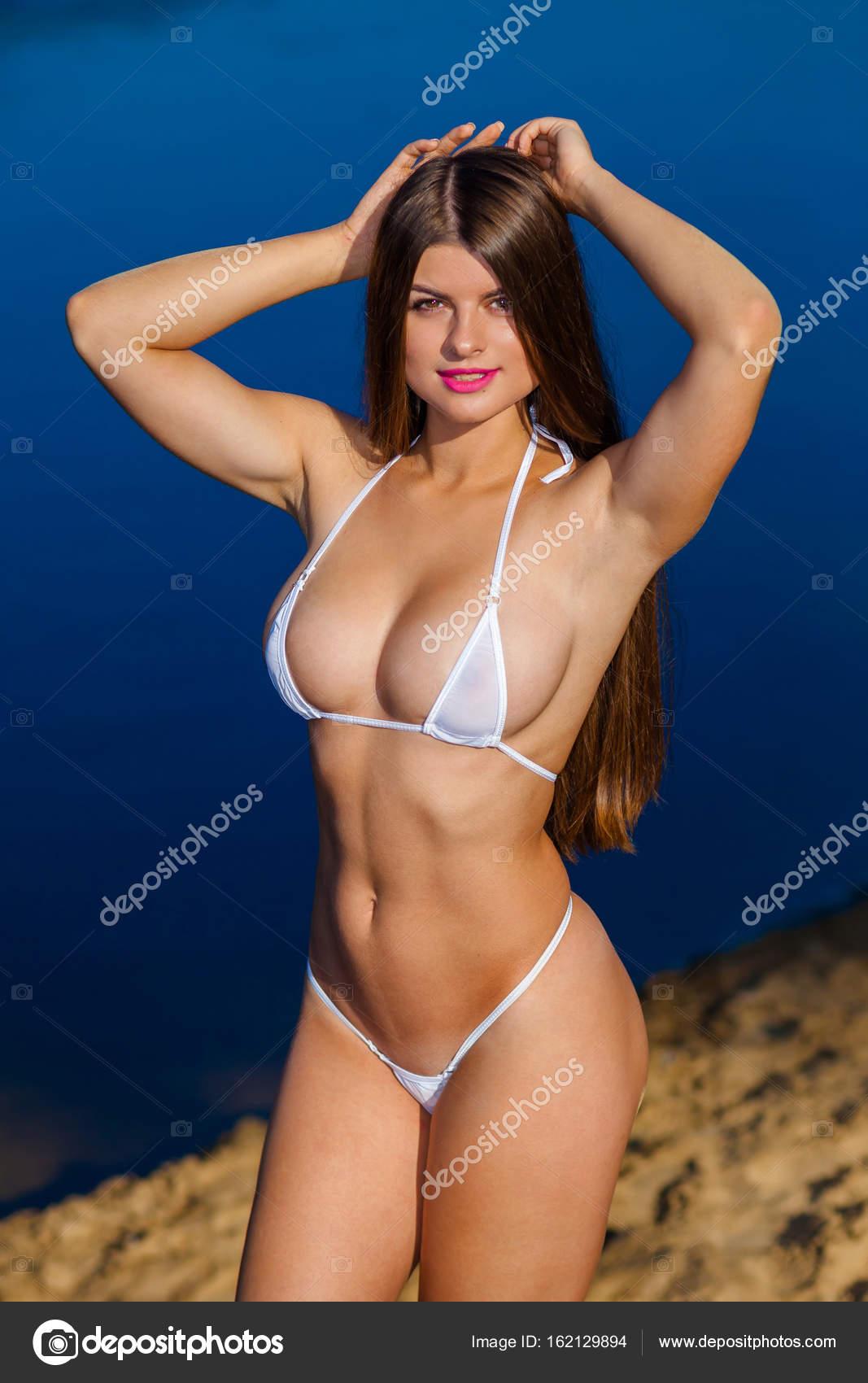 Donna incredibile bagnata in bikini. bella ragazza in bikini in ...