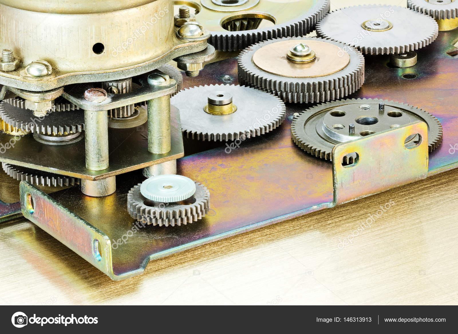 Poważne zestaw połączonych metalowe zębatki. różne koła zębate mechanizmu RG72
