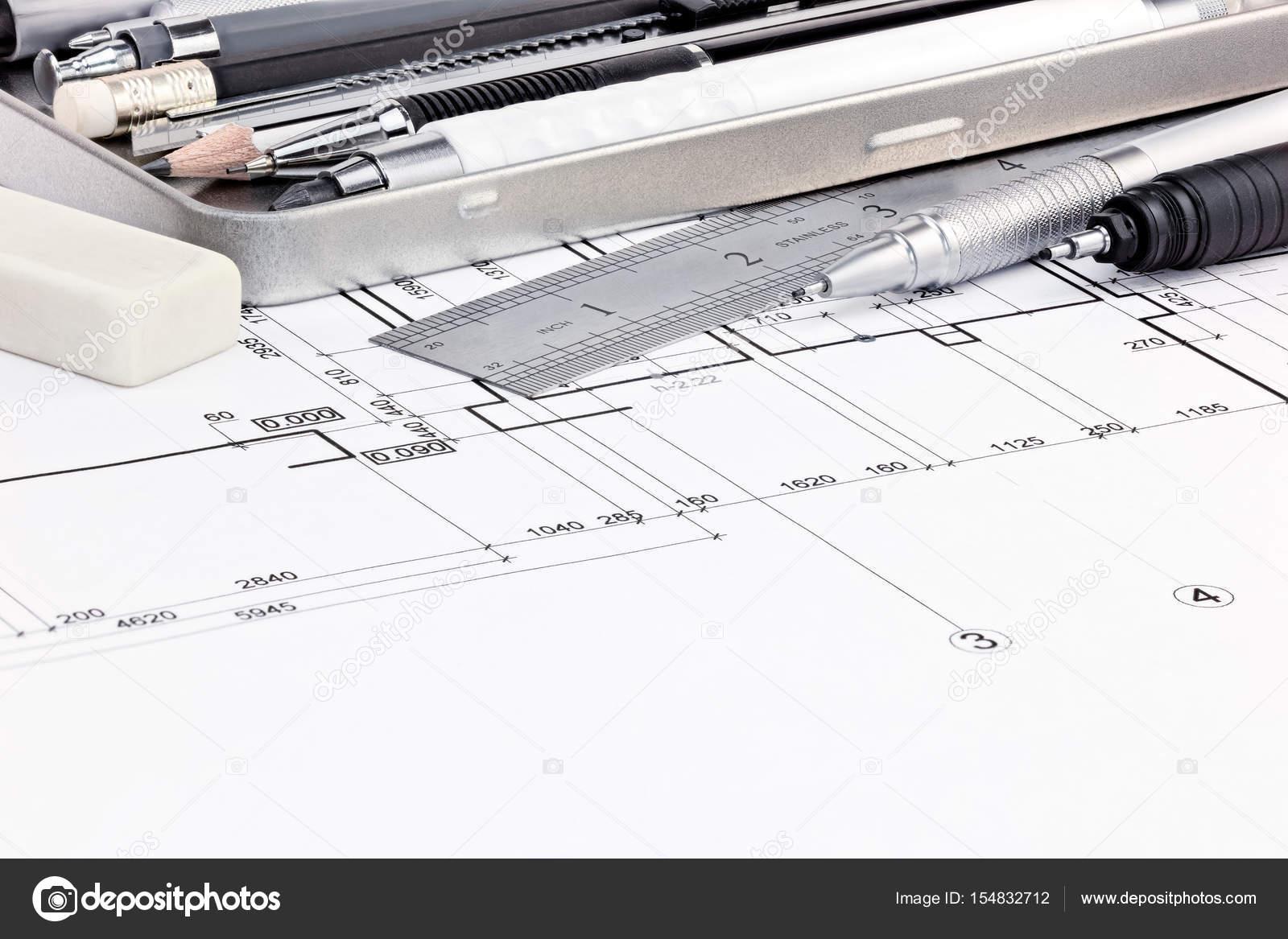 Lineal, Radiergummi und Stifte auf grafische Entwürfe von innen ...