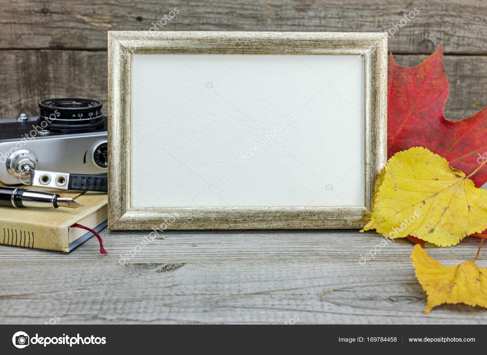 Fondo de mesa de madera con cámara vintage, marco de fotos, libreta ...