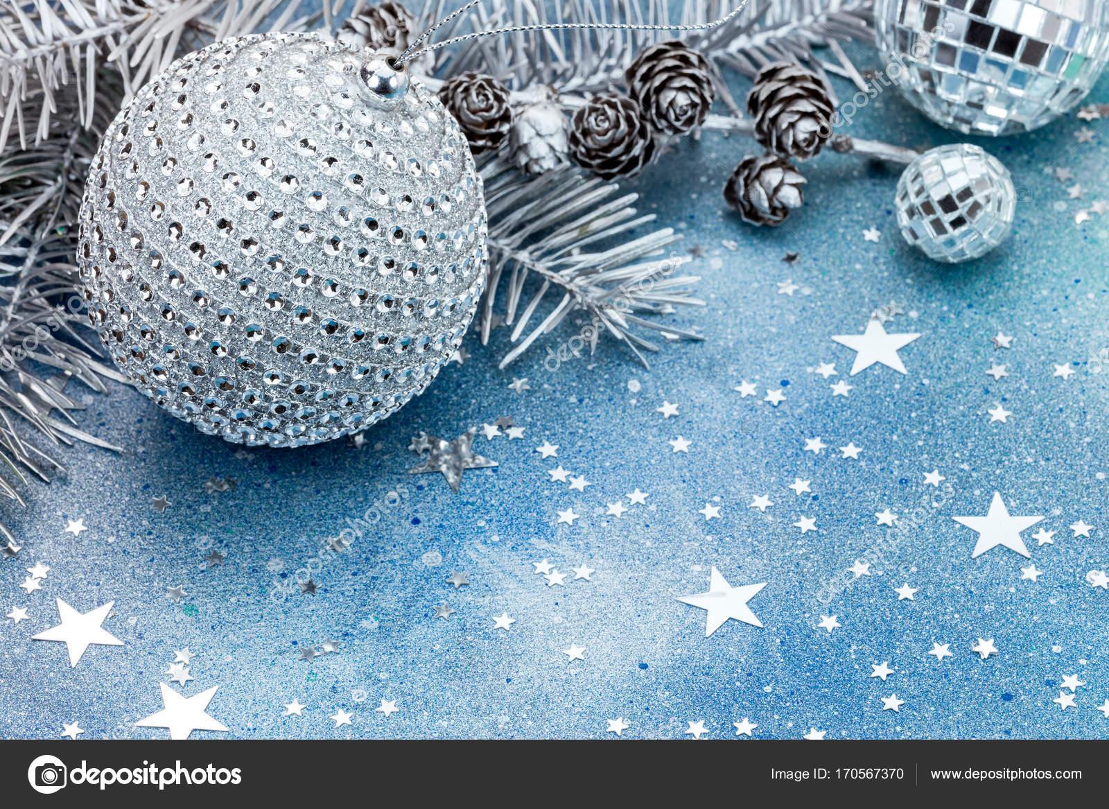 Albero Di Natale Con Decorazioni Blu : Ramo di albero di natale con i coni e decorazioni su fondo blu