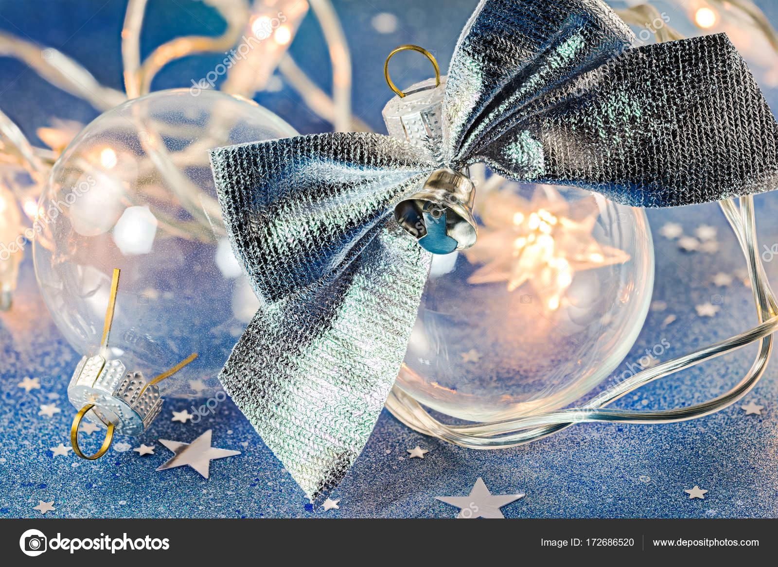 Glitzer Christbaumkugeln.Christbaumkugeln Glas Mit Silbernen Bogen Auf Blau Glitzer