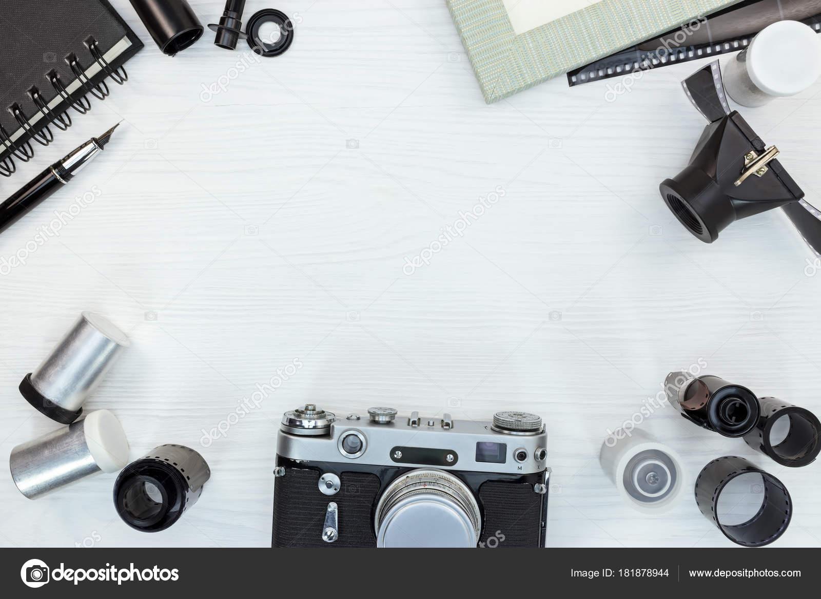 Retro-Kamera, Filmrollen, Objektiv, leere Bilderrahmen auf weißen ...