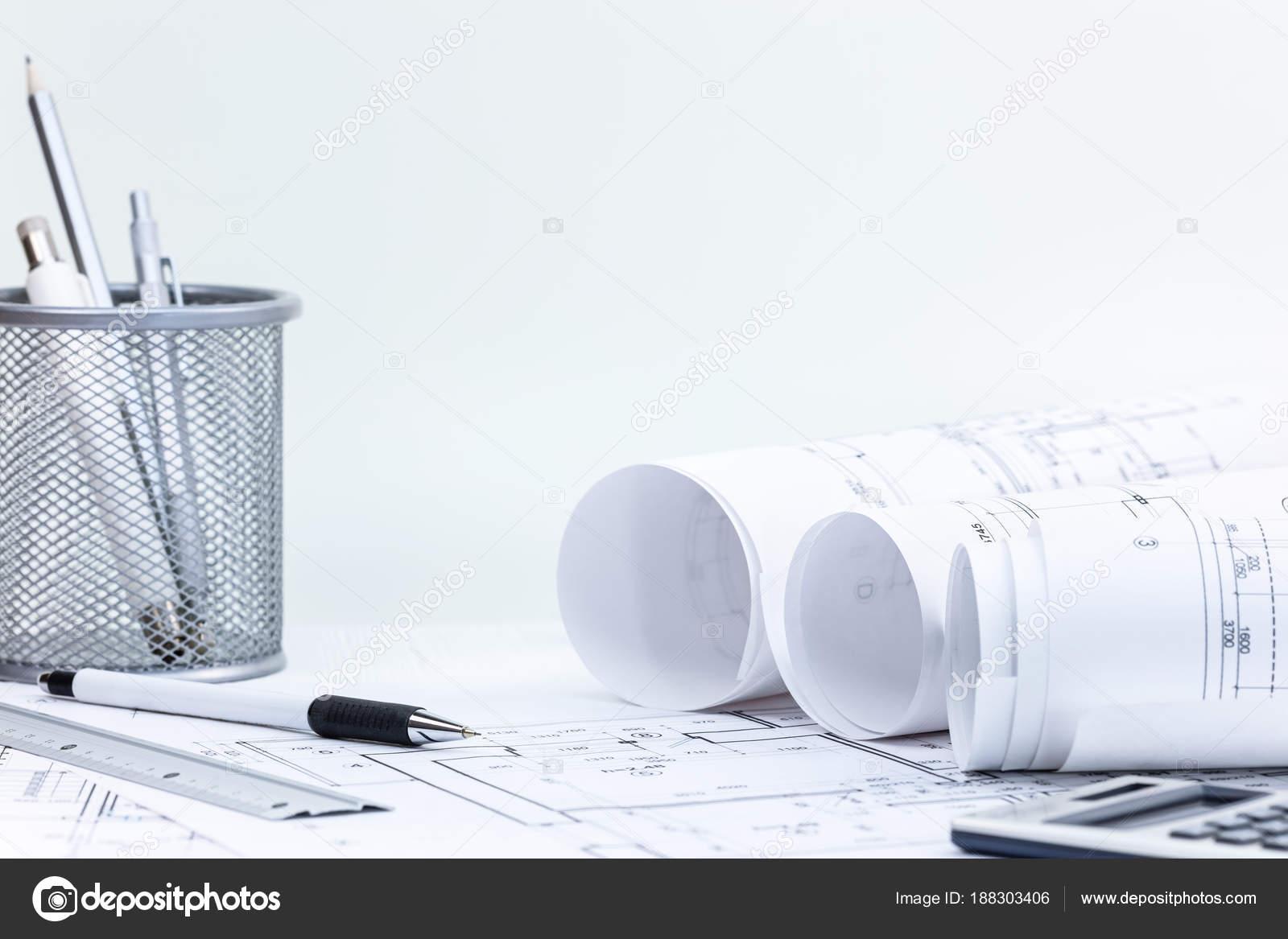 Blaupause Rollt Mit Bauplänen, Bleistift, Lineal Und Taschenrechner Auf  Schreibtisch U2014 Stockfoto