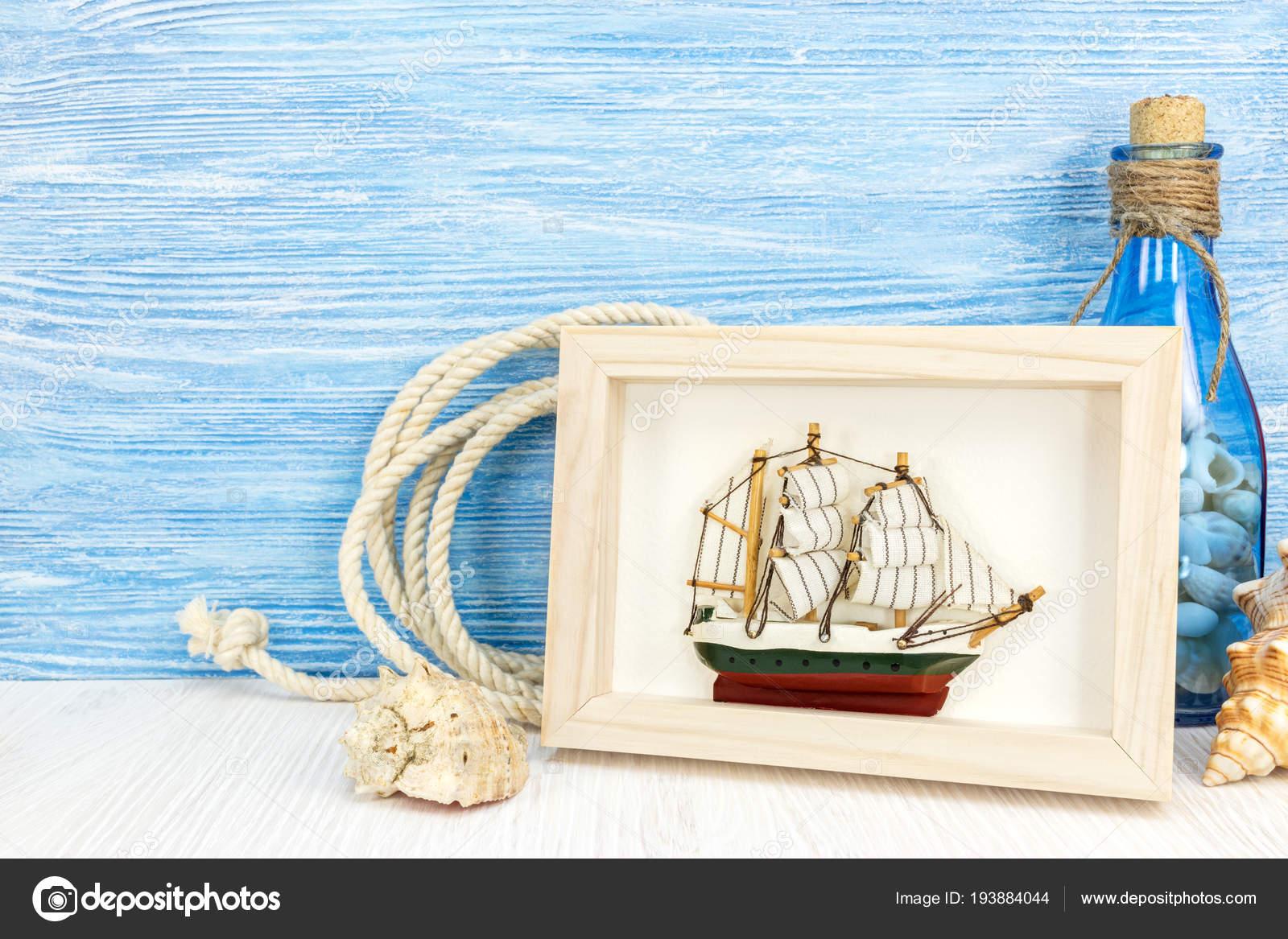 maritimen Hintergrund mit Bilderrahmen, Schiff und Flasche auf ...