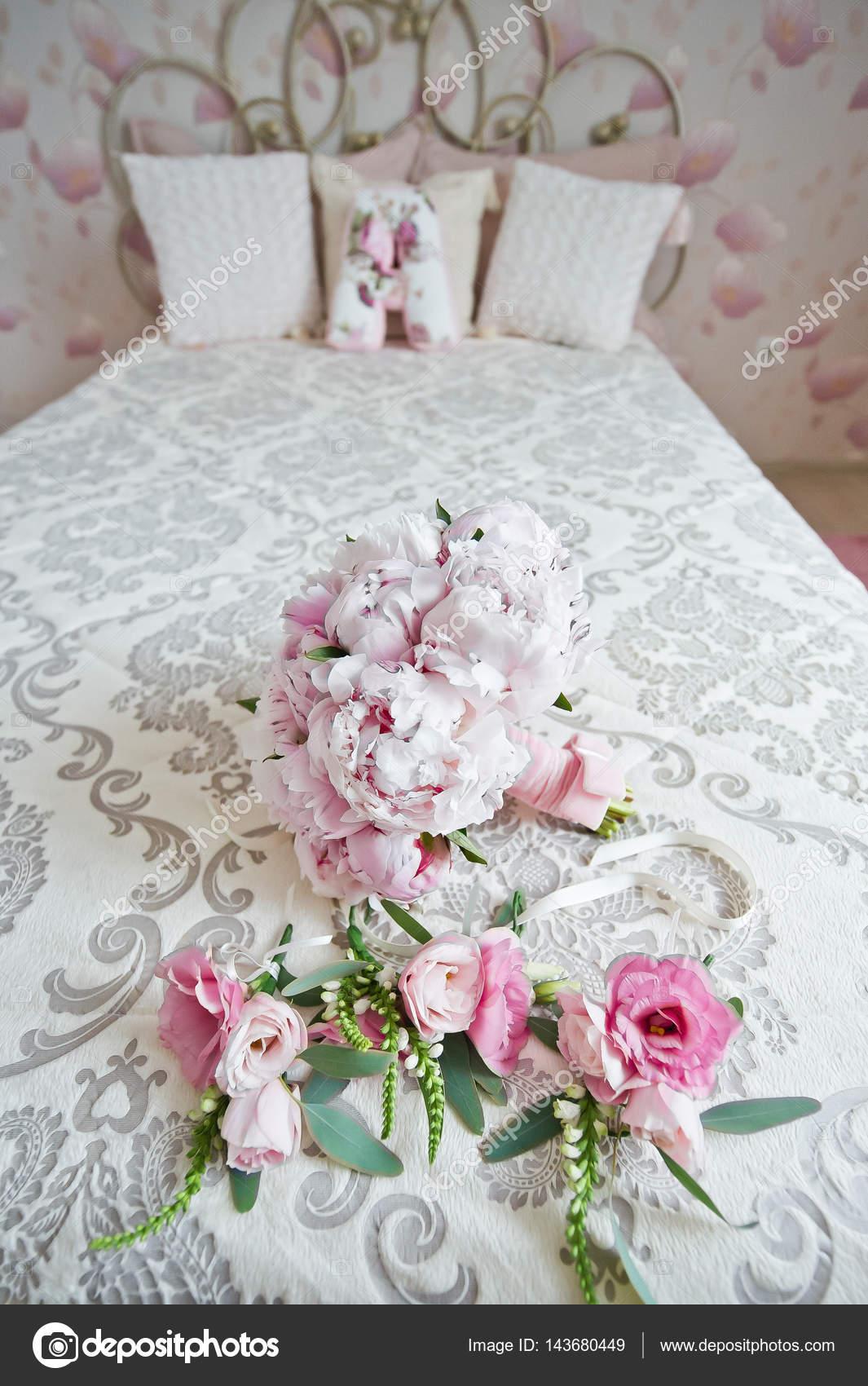 decorazioni per il matrimonio la sposa nella camera da letto — Foto ...