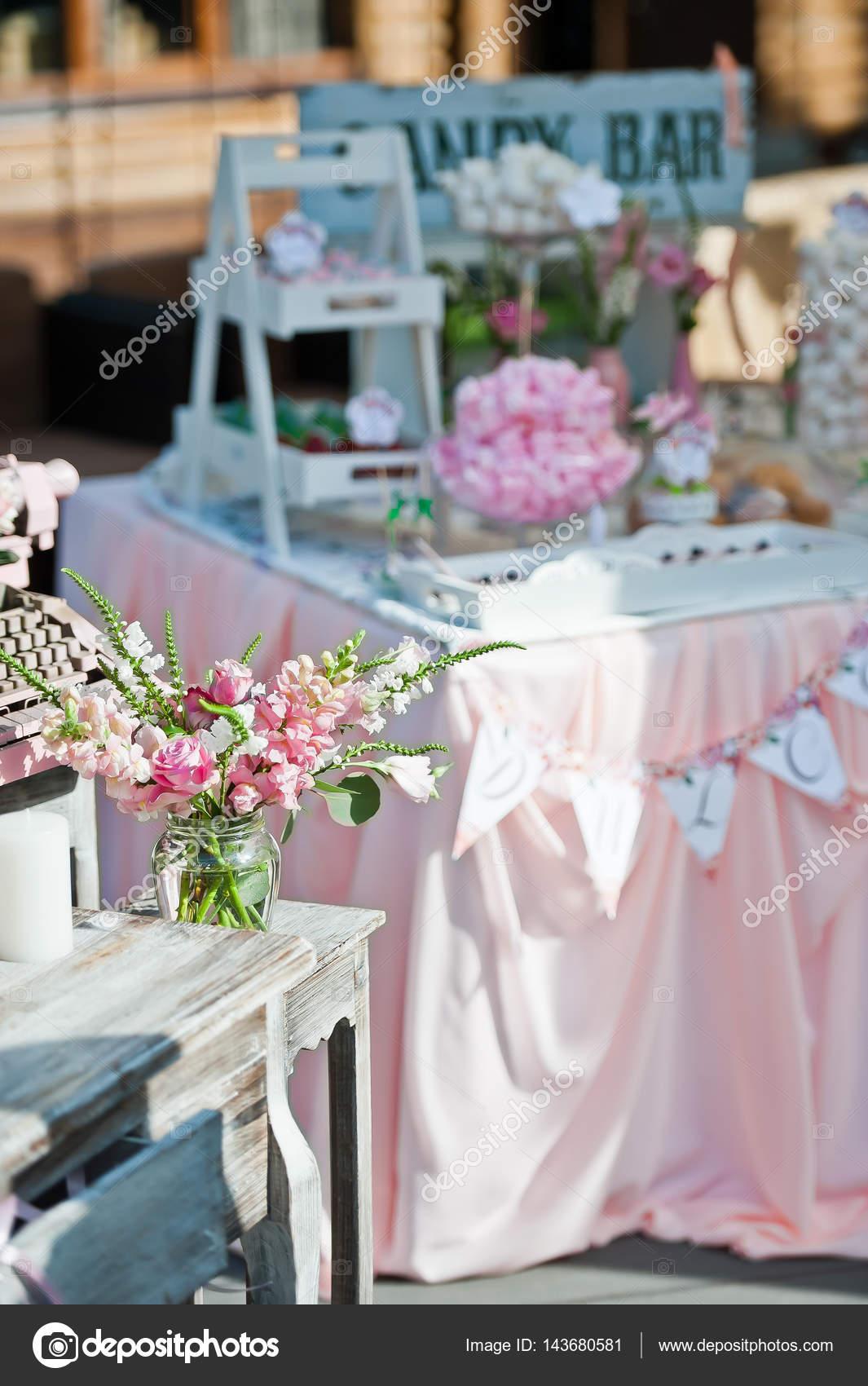 Schone Hochzeitsdekorationen Im Innern Und Auf Dem Tisch Stockfoto