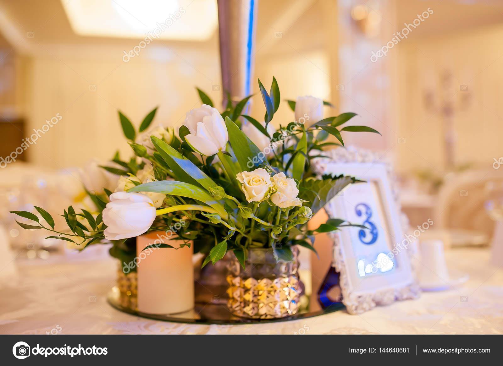 Schone Blumen In Vasen Und Dekorationen Bei Der Hochzeit Stockfoto