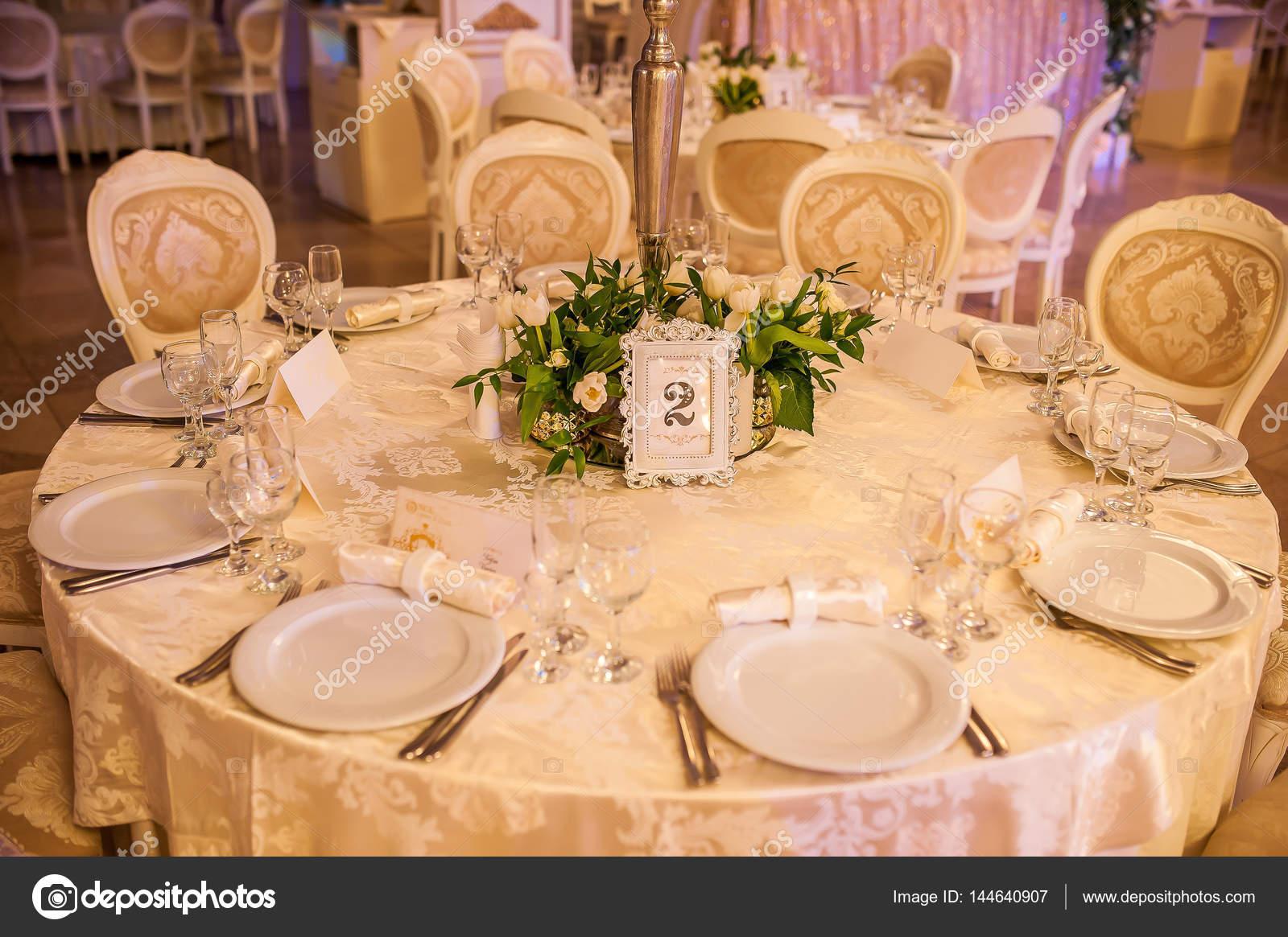 Hochzeitsdekoration Der Tische Und Stuhle In Der Halle Stockfoto