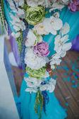 krásné květiny do vázy a dekorace na svatbu