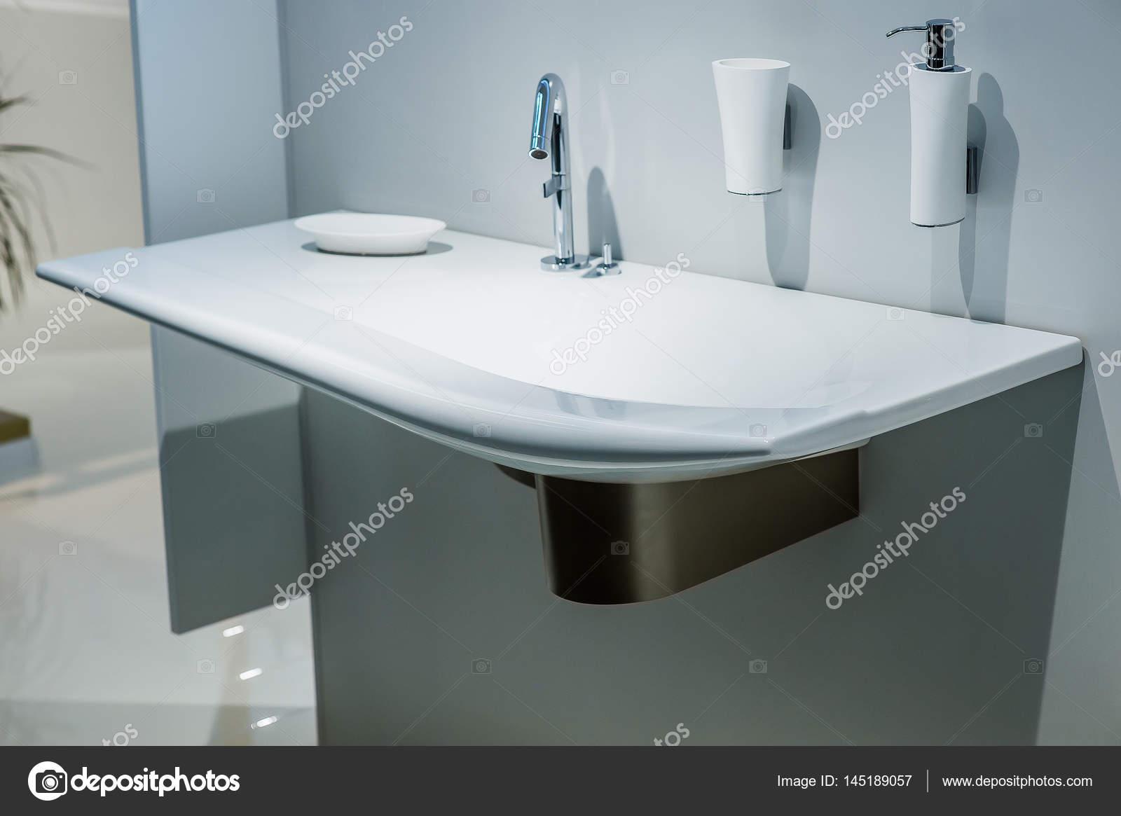 Wasbak en kraan in de badkamer — Stockfoto © kiriak09 #145189057
