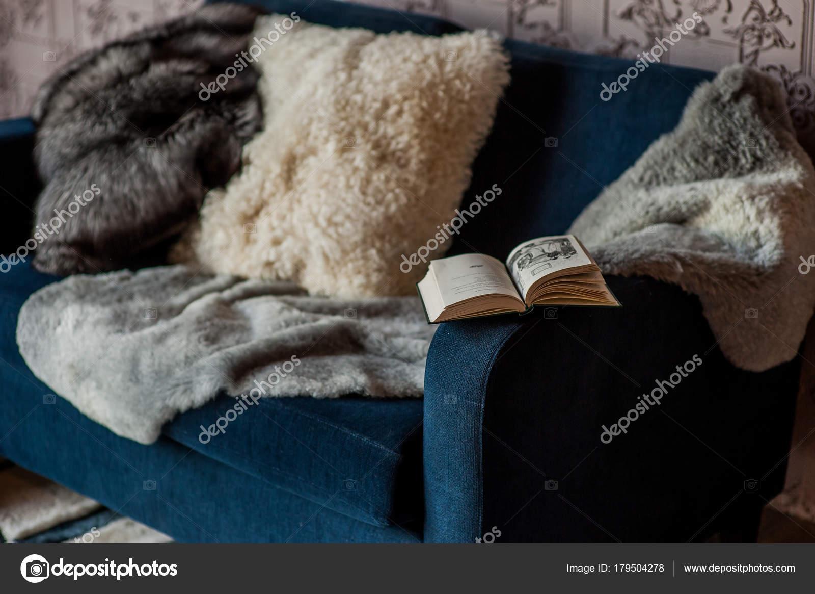 Bont kussens in het interieur u stockfoto kiriak