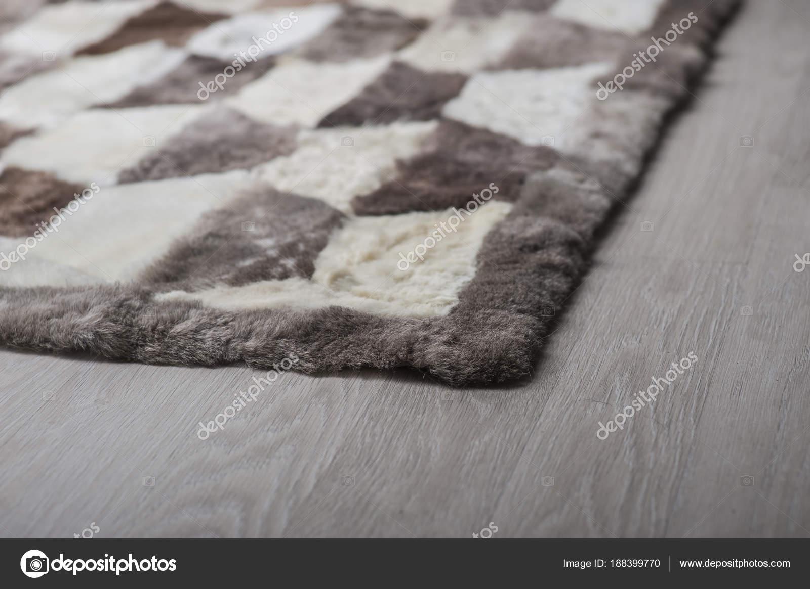 Tapijt Natuurlijk Materiaal : Natuurlijke tapijten gemaakt van wol op isolatie u2014 stockfoto