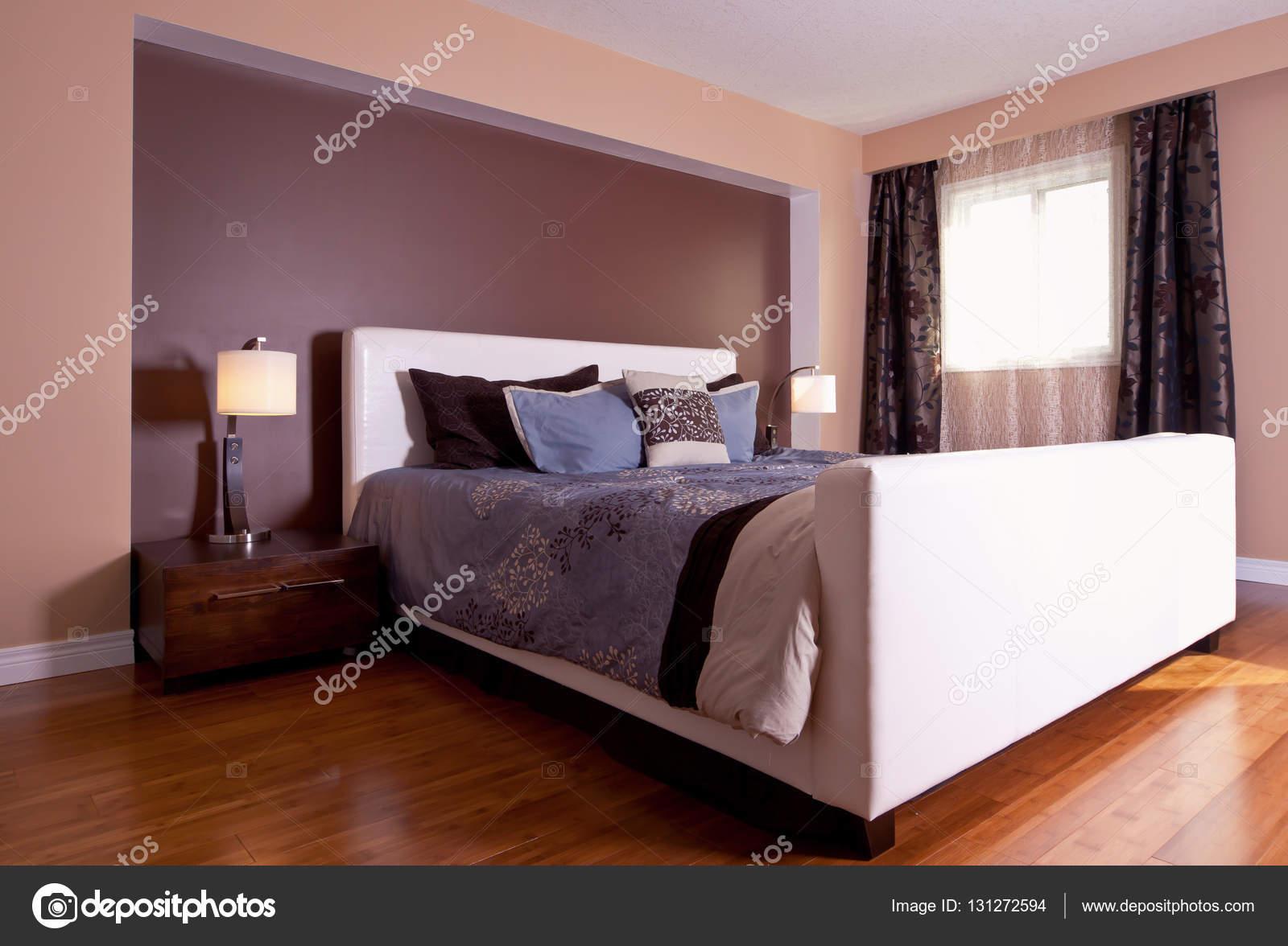 Moderne zeitgenössische Apartment-Schlafzimmer-Innenarchitektur nach ...