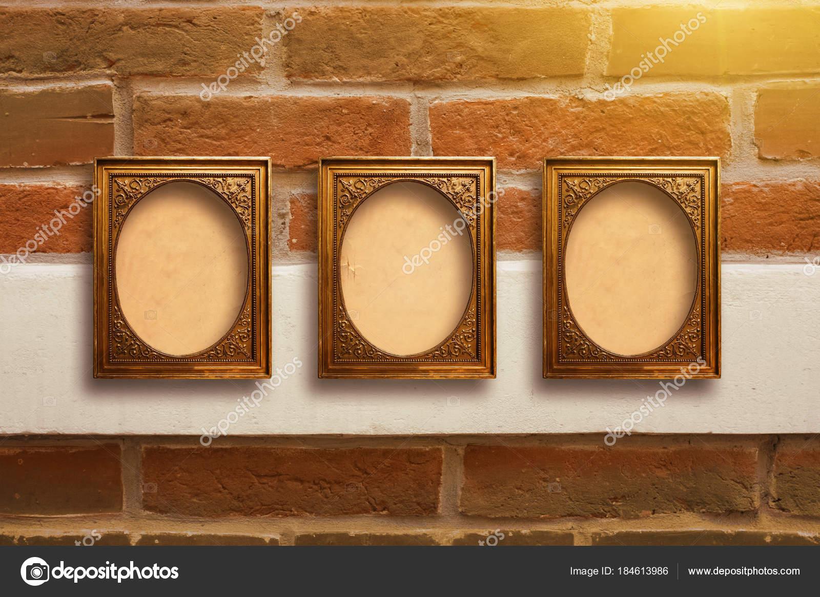 Dorado de marcos de madera para cuadros en pared de ladrillo viejo ...