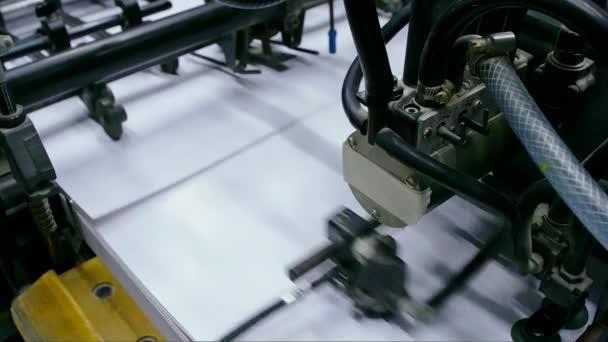Průmyslové tiskový stroj pracující v domě tisku
