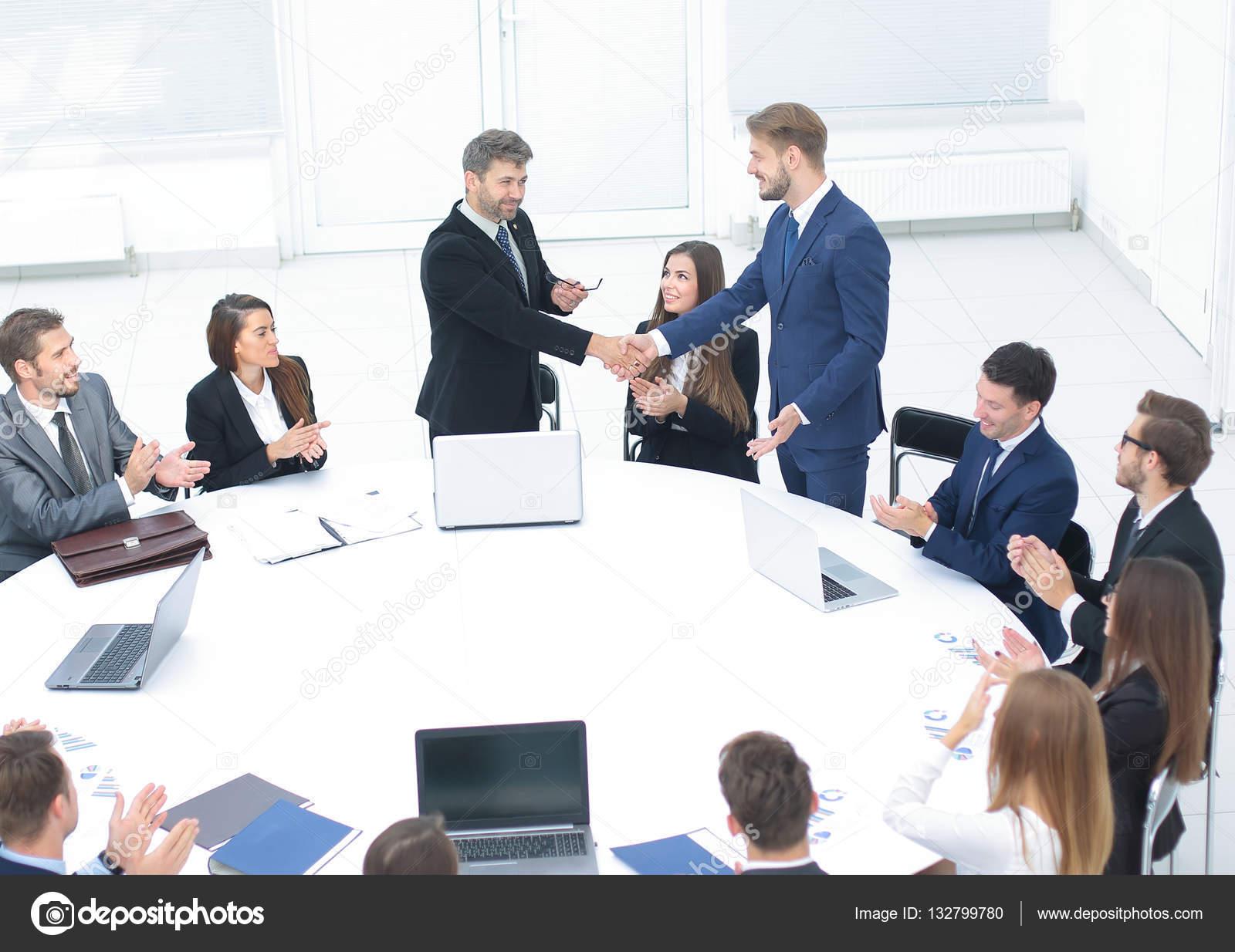 круглым столом за знакомство
