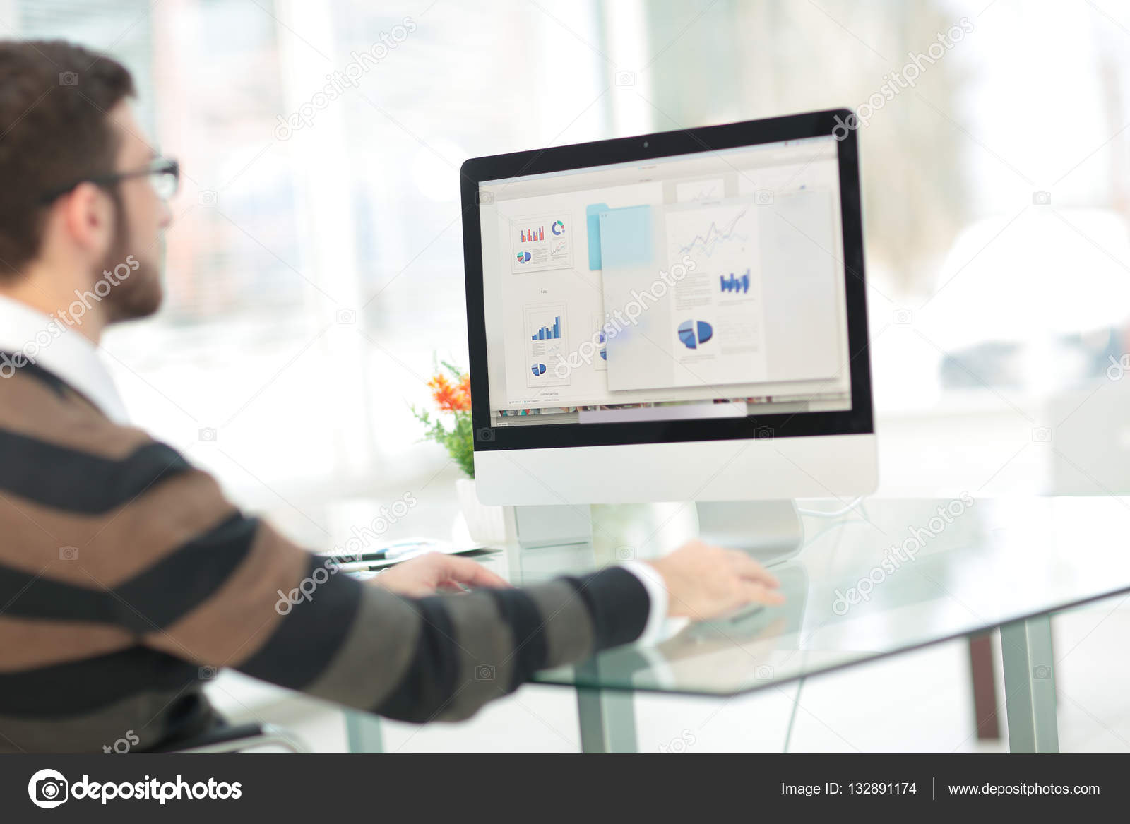 Jeune homme travaillant à l ordinateur bureau moderne projet d