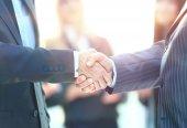 obchodní handshake. obchodní muž dává handshake uzavřít dohodu