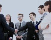 právníci firmy a obchodní partnery si potřást rukou po
