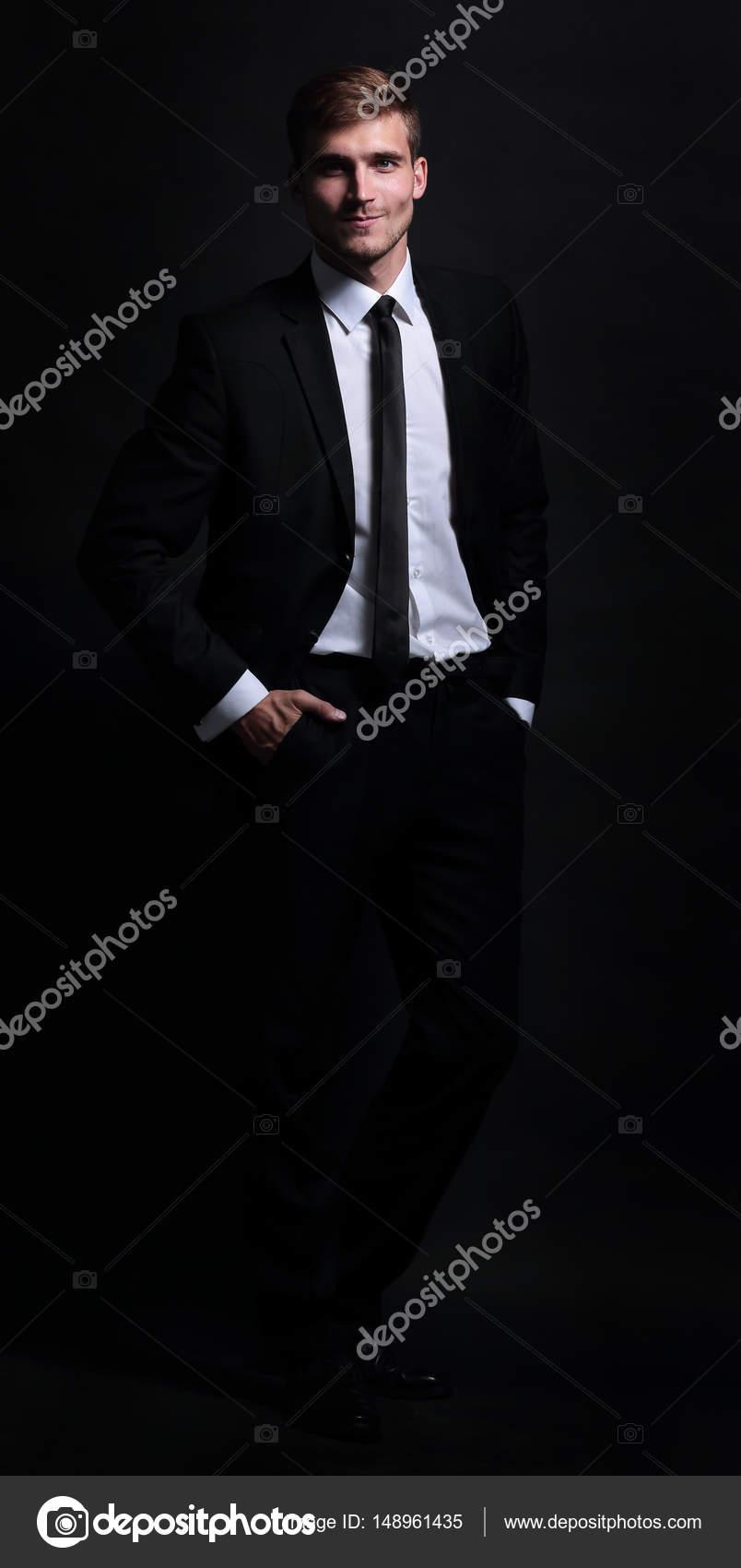 Retrato de cuerpo entero de hombre de negocios aislado en negro backgr —  Foto de Stock b2f23fa09aa