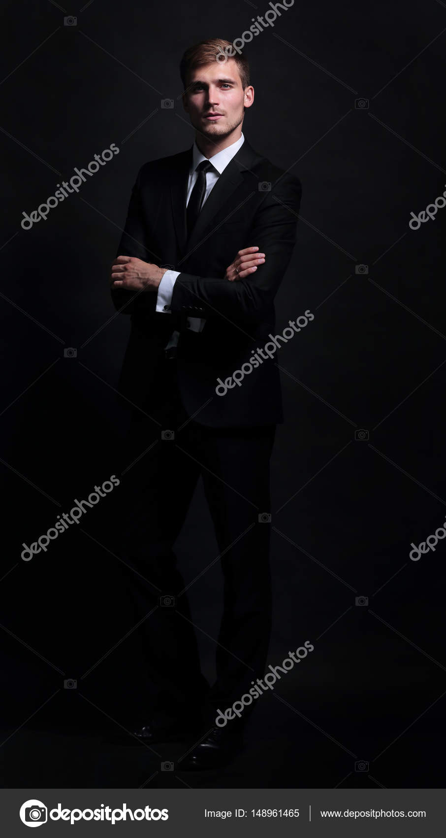 179e0e9015 Full-length portrait of business man with arms crossed isolated on black  background — Photo by depositedhar