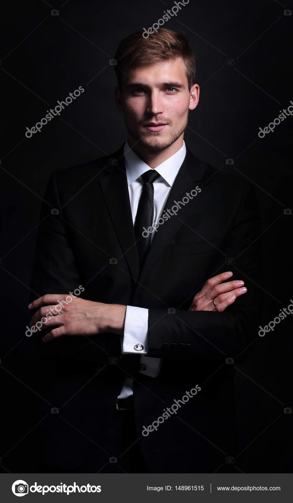 Retrato de cuerpo entero de hombre de negocios con los brazos cruzados en  negro — Fotos f84d6ad0ba3