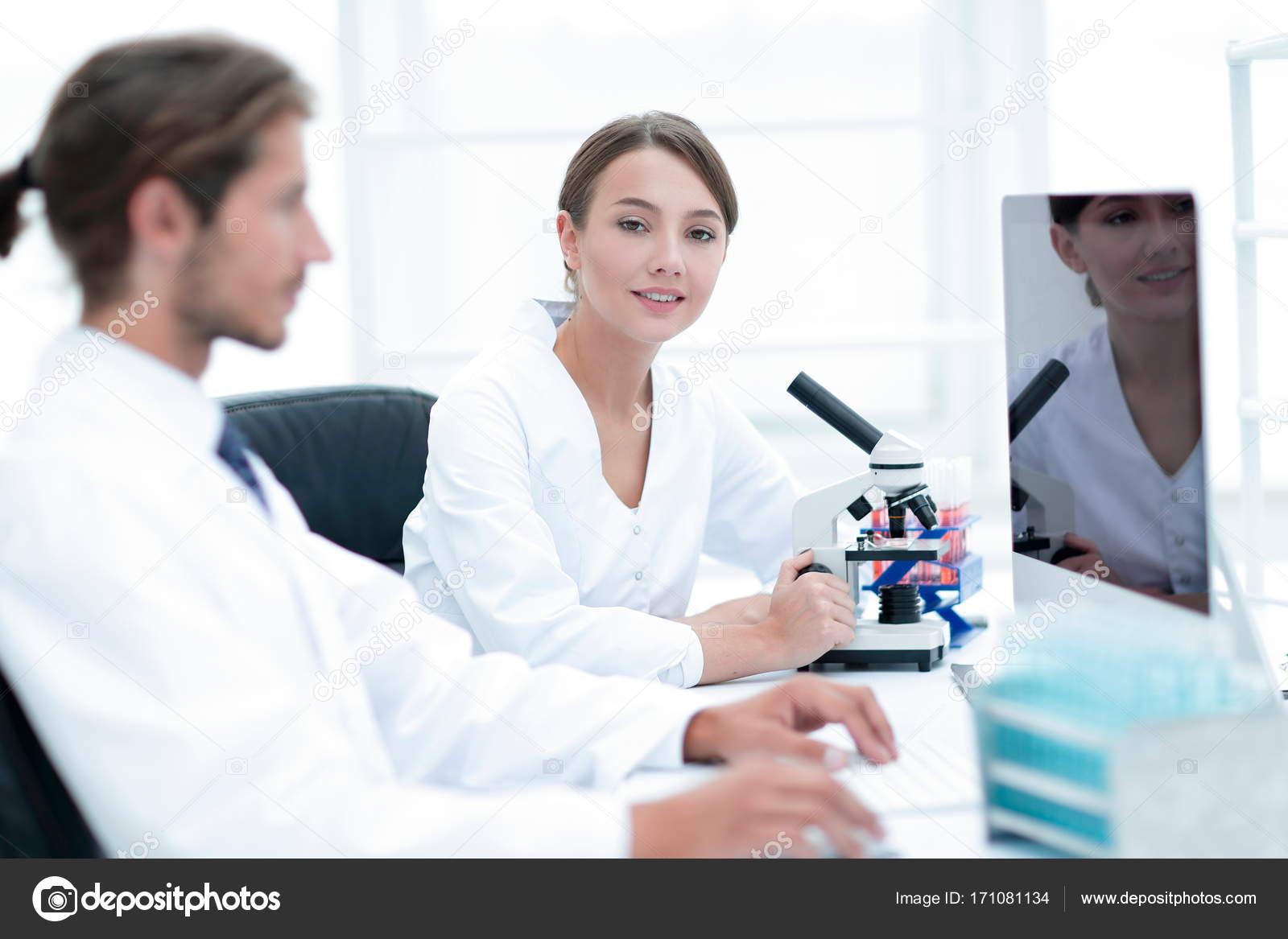 Lab experten arbeiten auf einen test mit mikroskop u2014 stockfoto