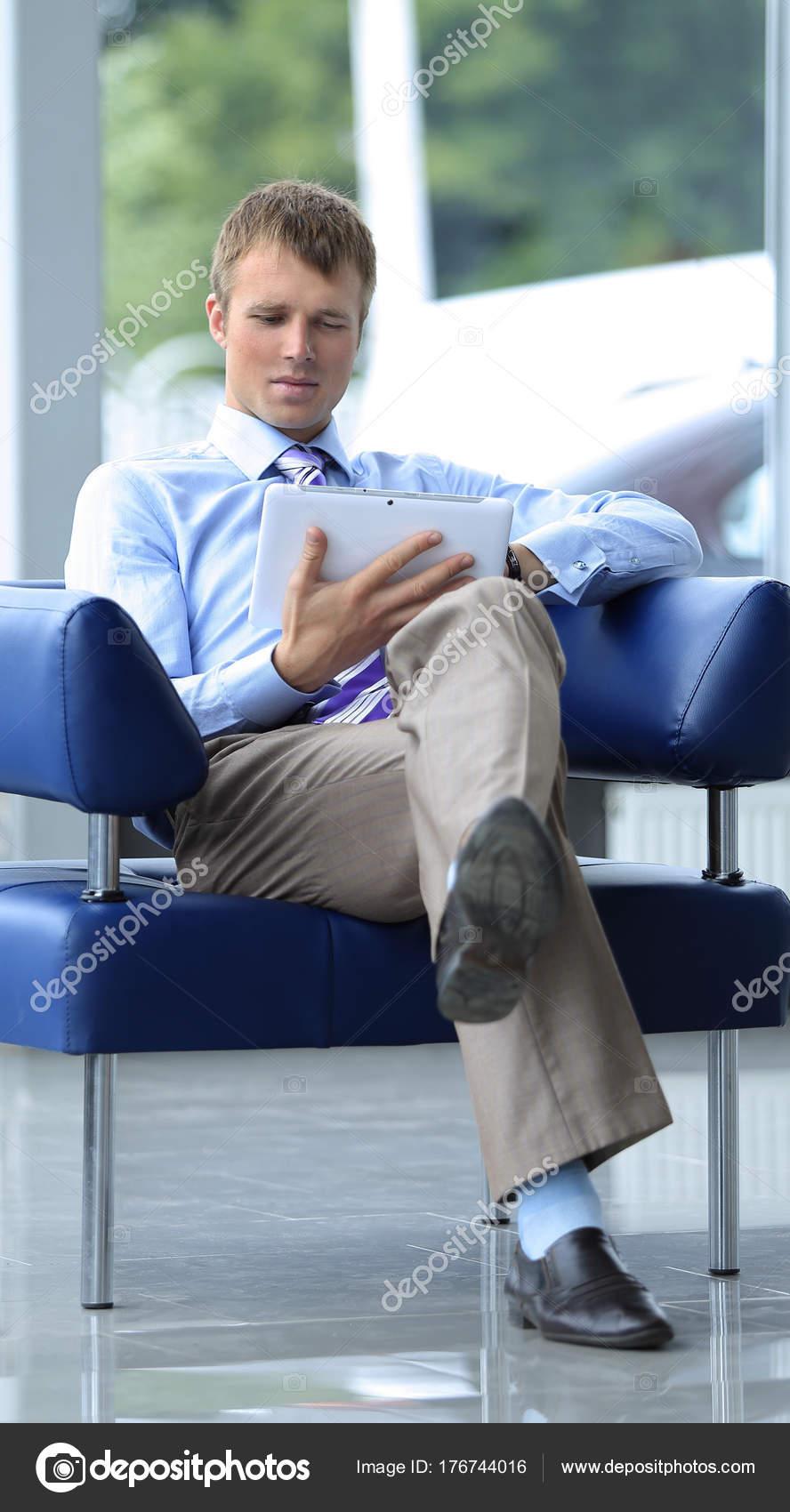 homme d affaires en costume se reposant dans le fauteuil au bureau photographie depositedhar. Black Bedroom Furniture Sets. Home Design Ideas