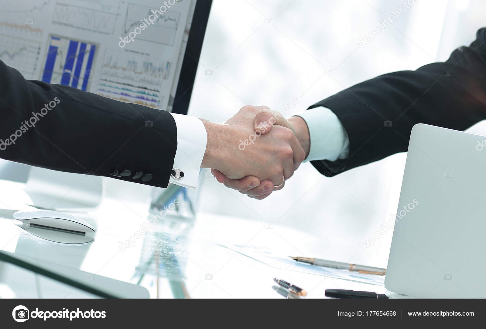 Geschäftsmann begrüßt Business Partner Hände schütteln — Stockfoto ...