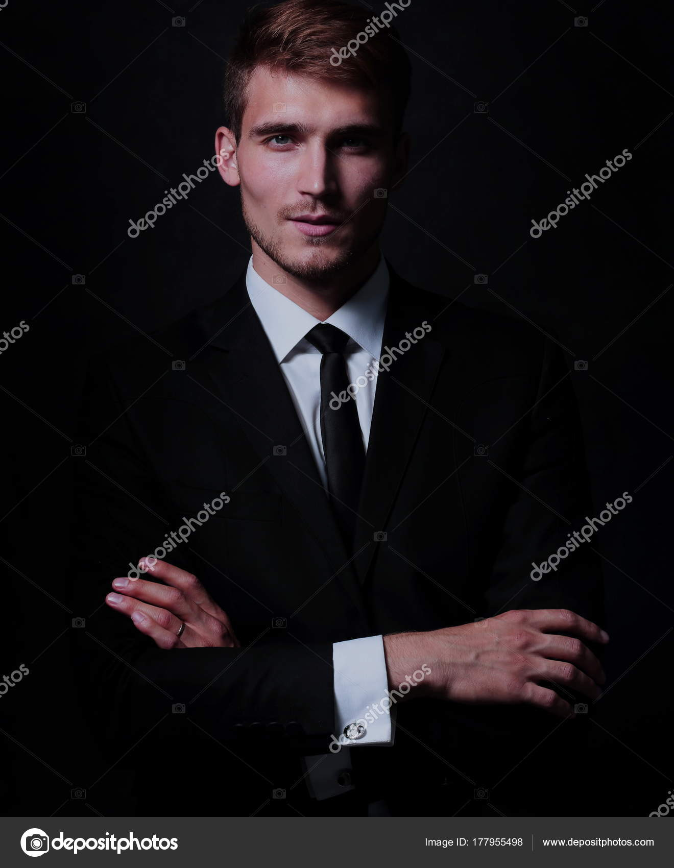Retrato de cuerpo entero de hombre de negocios con los brazos cruzados en  negro — Foto 43a20793a39