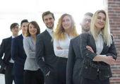gruppo di giovani imprenditori in piedi in una riga.