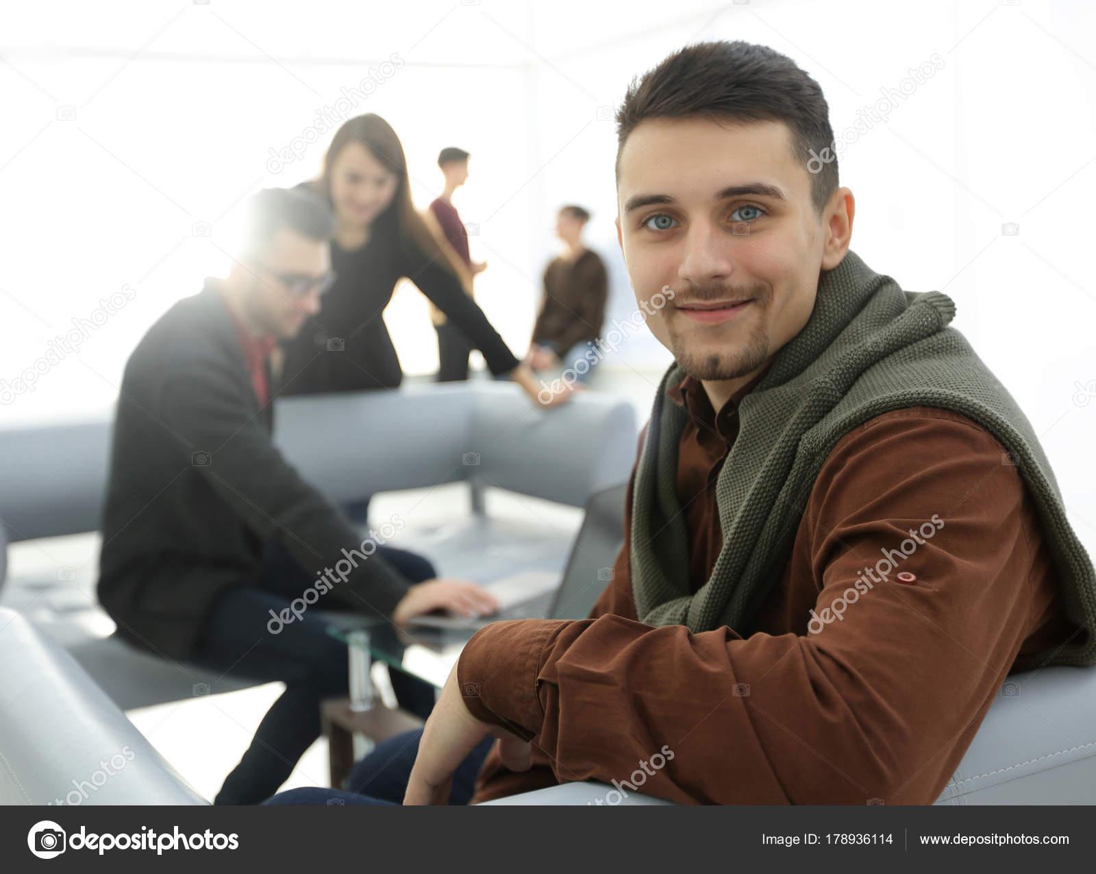 Homme moderne à l arrière plan du bureau u photographie