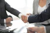 jistý handshake obchodních partnerů