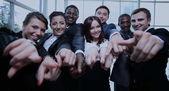 Velká skupina lidí mnohonárodnostní obchodních ukazující prstem