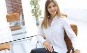 modern üzleti nő ül egy széken portréja